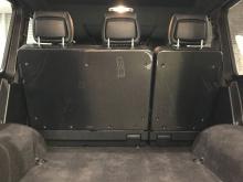 То же самое касается и задней крышки спинки сидений, дверных ручек, воздухозаборных отверстий в задней стойке, передней решетки и зеркальных панелях. Карбон также может украшать и интерьер внедорожника.