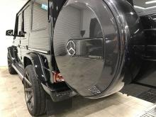 Также может быть установлено рулевое колесо из карбона и алюминиевые лепестки переключения передач.