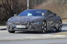 Развитие автомобиля безопасности BMW i8 в Formula E также намекают на обновление аккумулятора.