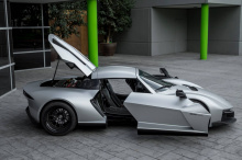 Стильное спортивное купе оснащено 400-сильным 2,5-литровым четырехцилиндровым двигателем Rotrex с турбонаддувом Cosworth.