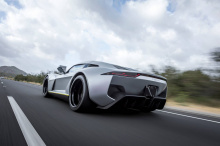 По желанию, собственный вес автомобиля может быть дополнительно снижен до 884 кг с использованием кузова из углеродного волокна.
