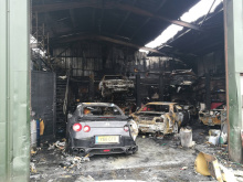 На других фотографиях показано несколько импортных автомобилей, припаркованных у горящего склада, включая Nissan Skyline и Toyota Supra. Будем надеяться, что эти машины действительно пережили пожар.