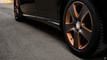 Диски представляют собой 17-дюймовые колеса упрощенного дизайна цвета Gunmetal Light Graphiteили Honey Bronze.