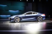 Он имеет уникальную окраску цвета «Barcelona Grey Liquid», которая выглядит серо-голубой и сильно переливается. Внутри - кожа Merino темно-коричневого и белого цвета с акцентами из карбона и контроллер iDrive из стекла Swarovski.