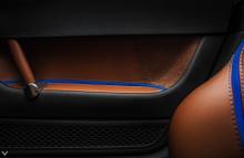 Команда дизайнеров заметила синюю тему в салоне авто. В интерьере также есть отделка алькантарой на сиденьях и дверях, которая идеально подходят к синим ремням и контрастным строчкам. На самом деле рулевое колесо получило особое внимание: оно было не