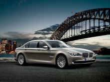 Причиной отзыва является то, что двери указанных автомобилей могут казаться закрытыми и запертыми, но могут открываться при вождении, при определенных дорожных условиях или при контакте пассажира с дверью. BMW сказал, что существует риск выпасть из а