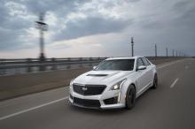 Это подтверждается тем, что Cadillac устанавливает новый комплект обвеса, в который входит черный передний диффузор и задний спойлер.
