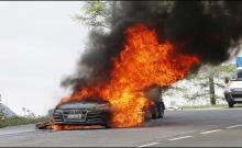 Фотографии показывают, что огонь начался под капотом нового седана A7, прежде чем он переместился на кабину и охватил весь автомобиль.