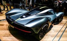 Совместно разработанный с гоночной командой Red Bull F1, 900-литровый гиперкар начнет производство в следующем году. Всего будет построено в общей сложности 175 автомобилей.