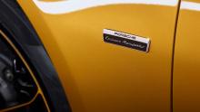 Спортивные сиденья получили две золотые полоски, идущие вниз по перфорированной коже, и контрастные строчки на швах и подголовниках. Тема контрастного золотисто-желтого цвета в черном интерьере переносится и на крышу отделанную алькантарой.