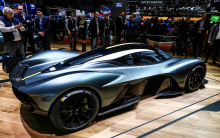 Двигатель, например, будет разработан британскими гоночными экспертами Cosworth, в то время как аккумуляторная батарея будет поставляться Rimac. Карбоновый монокок будут поставлять специалисты по композитам Multimatic.