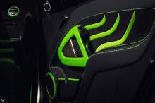 Эти дополнения не только способствуют общему спортивному духу, но и добавляют автомобилю более роскошный вид. Что бросается в глаза - это рулевое колесо: оно покрыто тонкой кожей, с зелеными акцентами и черной алькантарой. Он определенно выглядит суп