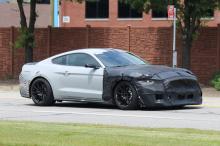 Большие решетки и более агрессивные воздухозаборные отверстия очевидны видны на шпионских снимках и хорошо отражают агрессивный образ GT500.
