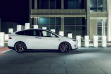 22-дюймовые колеса придают Model X более агрессивный вид. Они поставляются известным производителем колес Vossen Wheels и специально разработаны с учетом значительного веса автомобиля. Конструкция колес NV2 фактически оптимизирована таким образом, чт