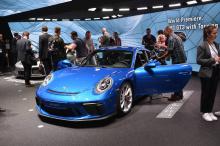 Передняя часть GT3 остается неизменной в Touring Package. Porsche заменили неподвижное заднее антикрыло вариационным задним спойлером, как и в обычных моделях 911 Carrera. Другие уникальные функции включают в себя серебристые накладки на окнах, спорт