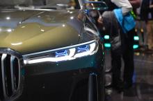 Он дебютирует с ожидаемой производственной версией BMW X7, которая должна появиться в 2018 году. Мы рассмотрели эту роскошную концепцию, которая, как ожидается, будет конкурировать с Mercedes-Benz GLS и Range Rover. BMW описывает BMW Concept X7 iPerf