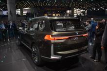 Здесь используются классические элементы дизайна BMW, большая вертикальная решетка радиатора с контрастными блестящими краями и матовыми поверхностями. Передняя часть также получила двойные фары, которые соединяются с решетками. Этот элемент привел к