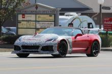 Интерьер покрыт кожей и карбоном, что совсем не неожиданно для автомобиля калибра ZR1. Ясно, что Chevrolet тестирует ZR1 с автоматической коробкой передач. Это может быть либо восьмиступенчатый блок, который стоит в большинстве корветов, либо десятис