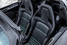 Конструкция кузова полностью изготовлена из высококачественного углеродного композита ручной работы. Ориентированный на производительность пакет X дает воплощается внешне в деталях зеленого цвета на передних крыльях и боковом профиле, а также на спор
