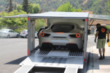 Первый Г-н Солис добавляет: «Еще больше шарма самому автомобилю или его конфигурации придает то, что вы покупаете часть истории Ferrari, которую я планирую сохранить и наслаждаться до конца своей жизни. Особая благодарность Ferrari за предоставленную