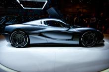 Rimac C_Two - полностью электрический автомобиль, который питается четырьмя независимыми электродвигателями постоянного магнита с программным управлением вектором крутящего момента. Он использует две независимые двухскоростные коробки передач спереди