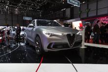Внутри оба автомобиля получают спортивные сиденья Sparco с красной контрастной строчкой. Также в интерьере появилось много карбона, идентификационная табличка и рулевое колесо, отделанное кожей и алькантарой. Alfa Romeo также предлагает аудиосистему