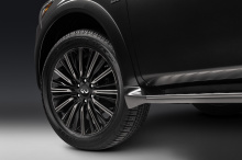 Команда Infiniti также включила систему Smart Rear View Mirror в стандартное оборудование. Этот гаджет позволяет водителю использовать зеркало заднего вида в качестве обычного зеркала или превращать его в монитор с помощью одного переключателя. Таким