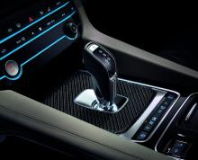 Он не только обеспечивает свирепый рев, но и повышает общие эксплуатационные характеристики автомобиля: он способствует лучшему потоку выхлопных газов и делает внедорожник более гибким. Кроме того, это первая машина F-Pace, которая включает в себя эл