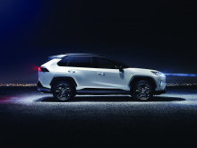 Кроме того, только для гибридной версии команда Toyota разработала второй электродвигатель, который обеспечит мощность для задних колес и, следовательно, усилит крутящий момент. Для 2,0-литровой бензиновой модели предусмотрена механическая система AW