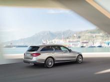 Mercedes-Benz, однако, не совсем готов к этому. Дитер Цетше, глава материнской компании Mercedes, Daimler, сказал, что доверие потребителей к дизельным силовым агрегатам по-прежнему велико. Продажи растут, покупатели в Старом Свете купили больше дизе