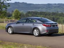 Lexus также дразнит нам тем, что мы должны «ожидать неожиданного» с новыми ES, но мы уже знаем, что он будет основан на архитектуре Toyota New Global Architecture, поэтому он должен иметь много общего с Avalon. По сравнению с уходящей моделью 2019 Le