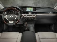 Когда он будет запущен, мы ожидаем, что ES получит обновленный 3.5-литровый двигатель V6, мощностью 301 лошадиную силу и более плавную восьмиступенчатую автоматическую коробку передач.