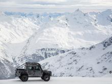 «Интерактивные дисплеи с контентом Jaguar Land Rover вместе с Land Rover Defender и Range Rover Sport SVR для съемок Spectre, станут частью нового фильма», - заявил Jaguar Land Rover. В фильме также появится каркасную модель концептуального автомобил