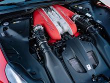Однако, что выделяет F12 tdf, это то, что он весит всего 1415 кг, что делает его значительно легче, чем 1525 кг 812 Superfast. В результате оба автомобиля имеют одинаковую максимальную скорость и разгон до сотни, но мы подозреваем, что Ferrari в коне