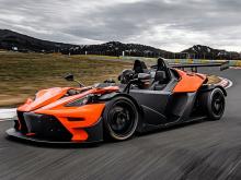 Базовая модель оснащена 2,0-литровым турбированным двигателем мощностью 330 л.с. и 420 Нм крутящего момента, соединенным с шестиступенчатой механической коробкой передач. Поскольку он весит всего 798 кг, он достигнет 100 км/ч за 3,9 секунды до максим