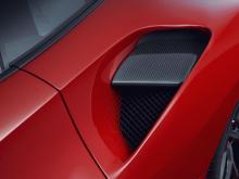 Обновления кузова из карбона включают большое заднее антикрыло, задний диффузор, накладки на пороги и новый передний сплиттер.