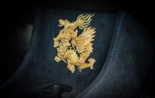 В сопровождении золотых драконов установлены колеса 15-Spoke GT и тормозные суппорты, выполненные на заказ в цвете Speedline Gold.