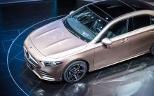 Различия с хэтчбеком A-класса, очевидно, в задней части, где новая философия дизайна «чувственной чистоты», которую недавно принял Mercedes-Benz, придала новому седану плавный и привлекательный вид.