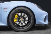 С точки зрения аэродинамики Exige Sport 410 генерирует 150 кг прижимной силы, используя пересмотренную легкую переднюю панель с более широкими решетками, воздушными завесами из карбона и новым передним сплиттером. 90 кг этой прижимной силы создается
