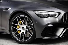 В салоне установлены сиденья AMG Performance, отделанные кожей наппа, в черно-сером цвете с желтой контрастной строчкой.