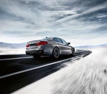 Под капотом автомобиля стоит высокооборотный двигатель M TwinPower Turbo, который был глобально настроен. Этот 4,4-литровый V8 генерирует в общей сложности 617 лошадиных сил и 750 Нм крутящего момента. Он сопряжен с восьмиступенчатой коробкой передач