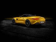Двигатель - это то, что действительно отличает родстер AMG GT S. Он получает знакомый нам 4-литровый двухтурбинный V8 с 522 л.с. и 670 Нм крутящего момента. Разгон от 0 до 100 км/ч занимает всего 3,8 секунды до максимальной скорости 308 км/ч. Это нем