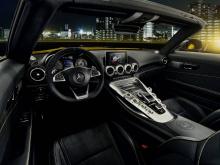 Mercedes-AMG предлагает высококачественную композитную тормозную систему AMG в стандартной комплектации с высококачественной керамической композитной тормозной системой AMG, доступной в качестве дополнительной опции.