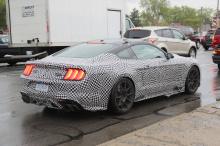 Шпионы-фотографы поймали последний вариант GT500 на тестировании в США. Ожидается, что в этом году он дебютирует и будет носить название легенды Ford Кэрролла Шелби. На фотографиях вы увидите немного внешних особенностей автомобиля, в том числе широк