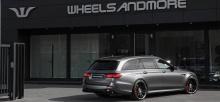 Помимо всего прочего этот Mercedes-AMG E 63 S стоит на 21-дюймовых дисках. Механизм центрального замка придает автомобилю гоночный вид, который еще больше подчеркивается низкой посадкой.