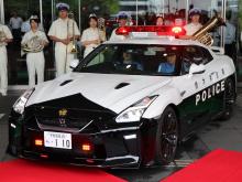 Тем не менее, этому Nissan GT-R получил требуемую идентификационную полицейскую черно-белую окраску кузова, красные мигающие огни сверху и светодиодные стробоскопы на переднем бампере. Теперь это настоящий полицейский автомобиль, хотя не каждый может