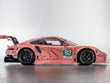Есть автомобили классов LMP1 и LMP2, которые в основном выглядят так, как вы видели раньше, а затем есть Grand Tourers, которые выглядят как гоночные версии автомобилей, которые вы могли бы купить. В этом году Porsche конкурировал со своим среднемото