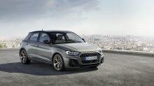 Audi A1 Sportback, который вы видите на снимках, значительно больше, чем A1, который он заменяет. «A1» стал одним из самых популярных городских автомобилей благодаря уменьшенным размерам и имиджу премиального бренда. Он вырос на 56 мм в длину со втор
