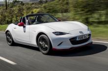 Прежде всего, автомобиль оснащен обновленными 1,5- и 2,0-литровыми бензиновыми двигателями SKYACTIV-G, которые предлагают улучшенное распределение крутящего момента с новым циклом испытаний WLTP/RDE и, как многие ожидали, соответствие требованиям Евр