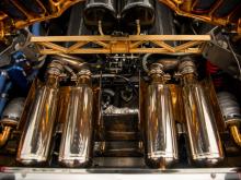 MSO модифицировал автомобиль и перекрасил его в блестящий оранжевый металлик. Внутри предыдущий владелец выбрал для отделки салона магнолийскую кожу и алькантуры с бежевыми вставками из алькантары на сиденьях.